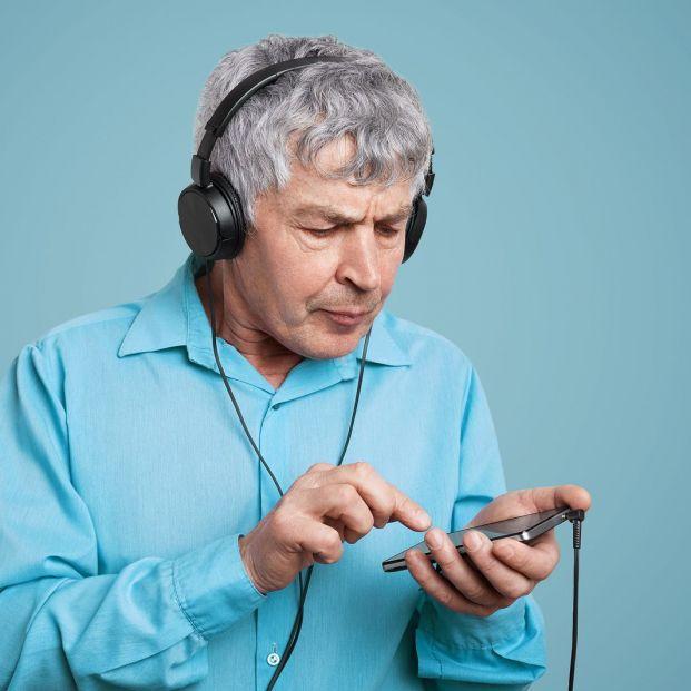Cómo puedes descargar los podcasts en tu móvil (Big stock)