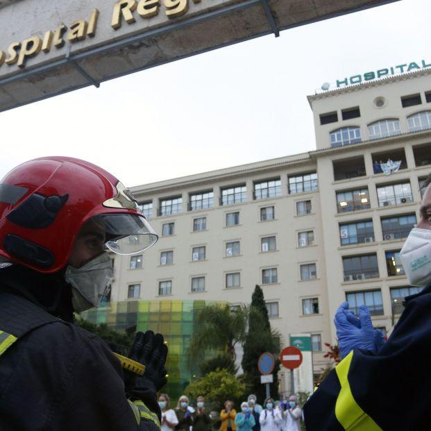 EuropaPress 2787283 bomberos realizan junto trabajadores correos aplauso sanitarios puerta