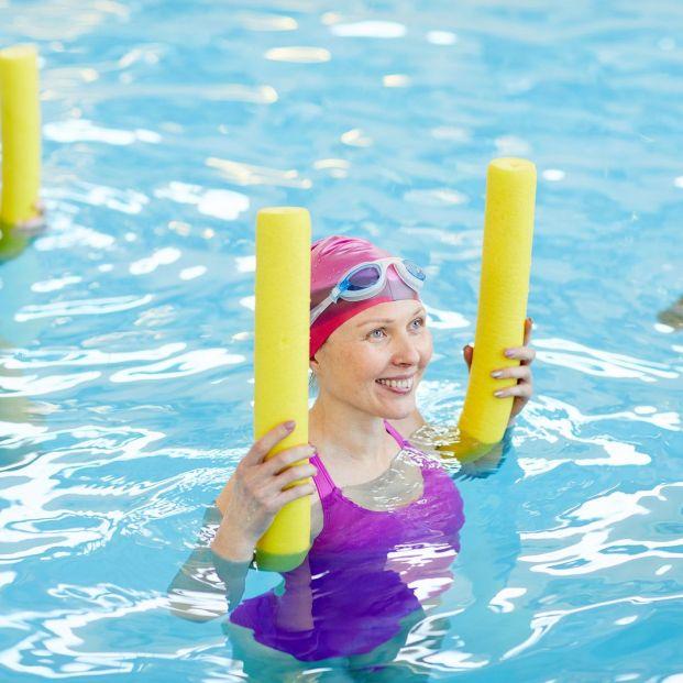 Mejora tu movilidad articular con estos ejercicios en piscina (Big stock)