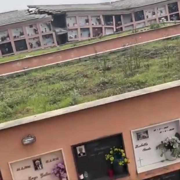 VÍDEO: Un cementerio italiano en un acantilado se derrumba y numerosos féretros acaban en el mar