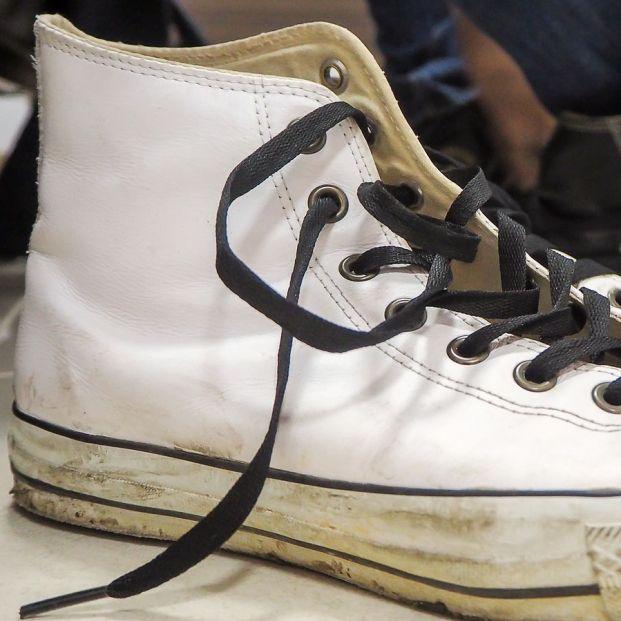 ¿Cómo puedo limpiar mis zapatillas blancas hasta dejarlas como el primer día? (Big stock)