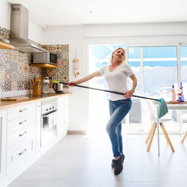 Aprende a fregar bien el suelo y acabar con el mal olor Foto: bigstock