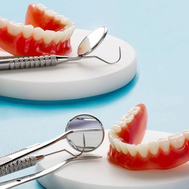 ¿Qué es mejor un puente o un implante dental?