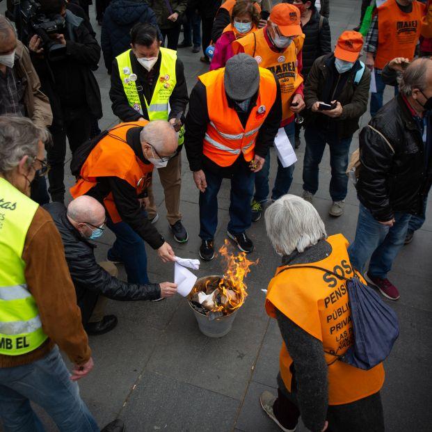 """Pensionistas indignados queman la carta de Escrivá: """"Han puesto a un lobo a cuidar de las ovejas"""""""