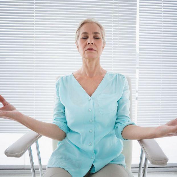 Yoga sentado en silla, una alternativa para los más mayores (Foto Bigstock)