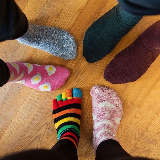 Cómo quitar las manchas negras de los calcetines Foto: bigstock