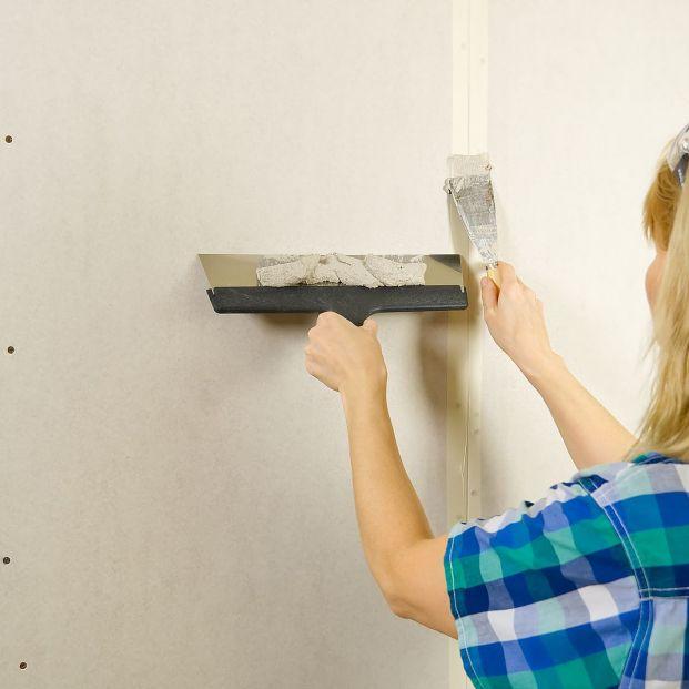 Trucos para arreglar los agujeros, grietas y desconchones de la pared Foto: bigstock