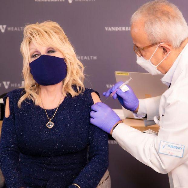 Dolly Parton se vacuna y para celebrarlo canta una 'nueva versión' de su popularísima 'Jolene' . Foto: Twitter