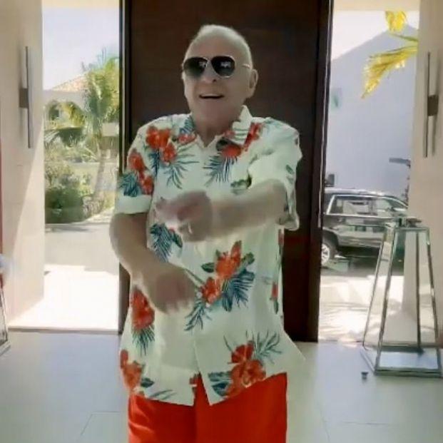 Anthony Hopkins, feliz y bailando merengue tras vacunarse contra el Covid