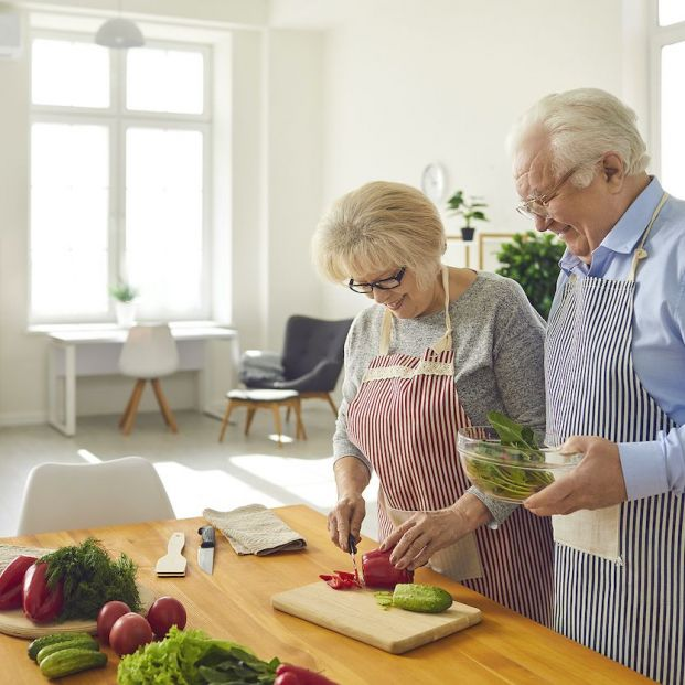 ¿Comer y cenar temprano adelgaza?