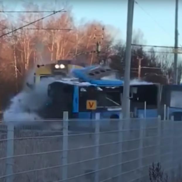 VÍDEO: El impresionante choque entre un tren y un autobús en Suecia