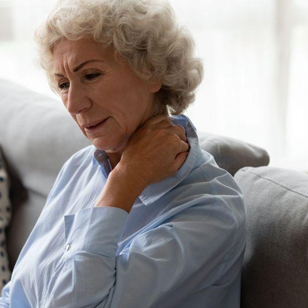 El síndrome del Text Neck: así puede afectar el uso del móvil a tu columna