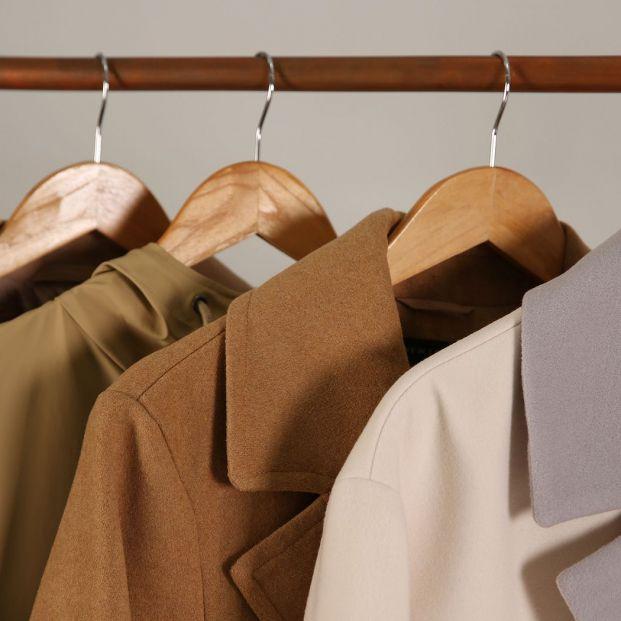 ¿Qué perchas utilizas para tus camisas?  Foto: bigstock