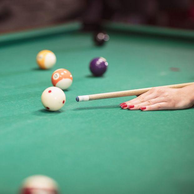 El billar es una práctica recomendable para mayores. Partida de billar (BigStock)