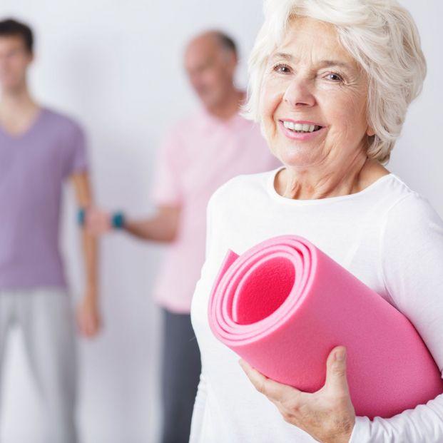Persona mayor tras practicar ejercicio y deporte (Geriatel)