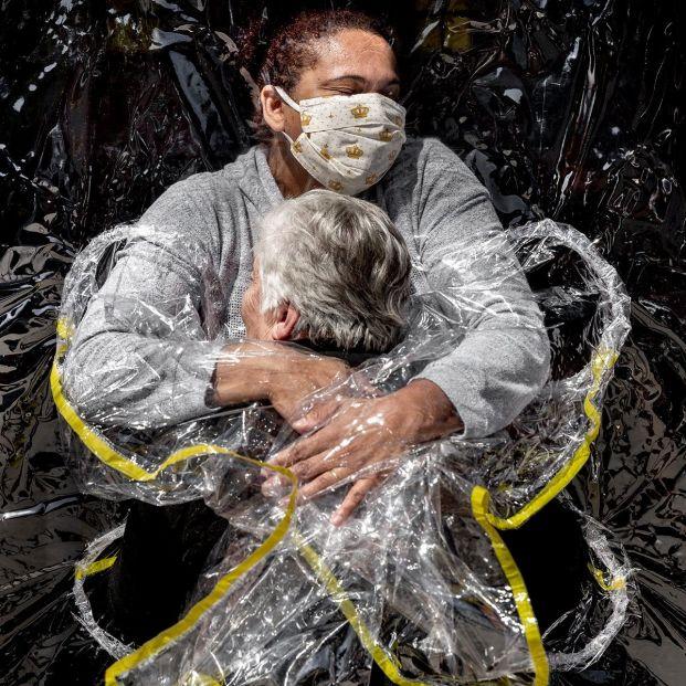 World Press Photo 2021: El primer abrazo de la pandemia, entre los nominados a foto del año