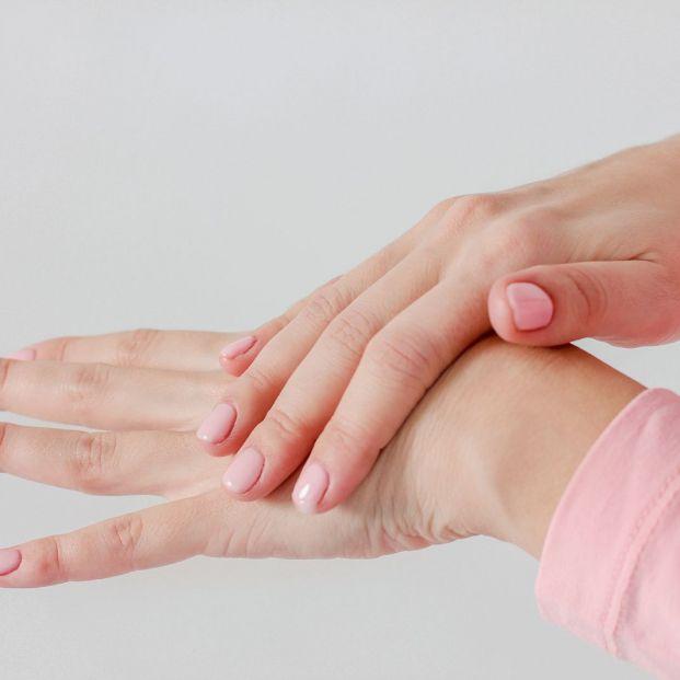 Acaba con las grietas de las manos de forma sencilla y natural Foto: bigstock