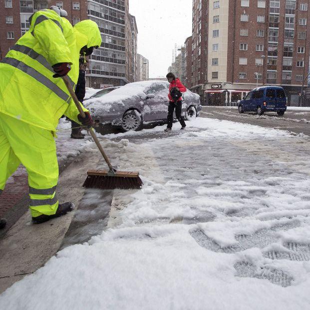 EuropaPress 3597063 empleado limpia via llena nieve burgos castilla leon espana marzo 2021