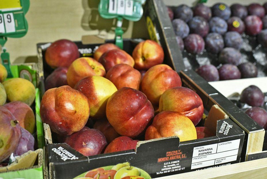 Caja de manzanas en un supermercado