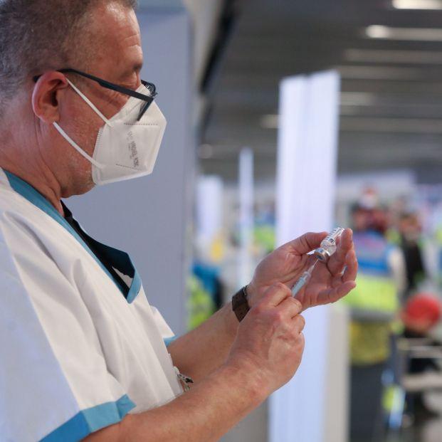 EuropaPress 3579843 sanitario prepara vacuna punto vacunacion contra covid 19 puesto marcha