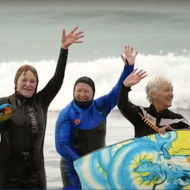 """Mujeres de entre 60 y 95 años forman parte de un club de Boogie Boarding: """"Nos mantiene vivas"""""""