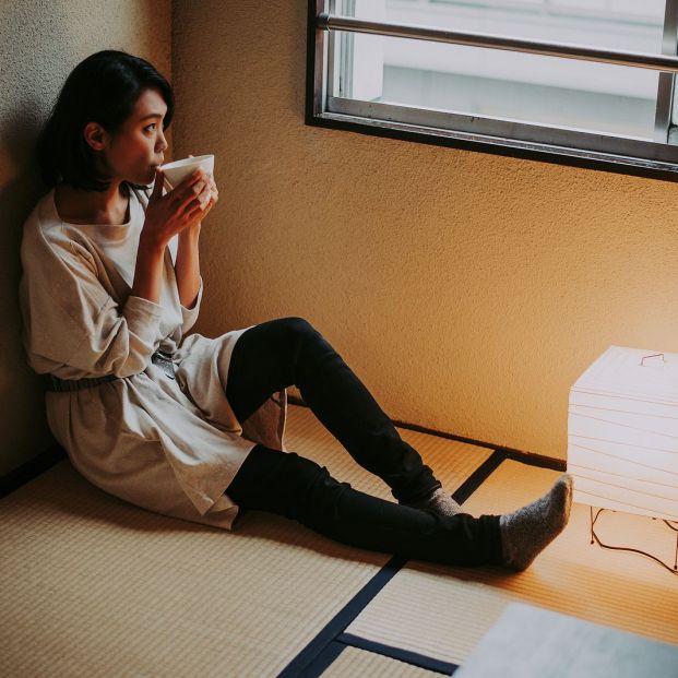 Joven comiendo sola en su apartamento. (Bigstock)