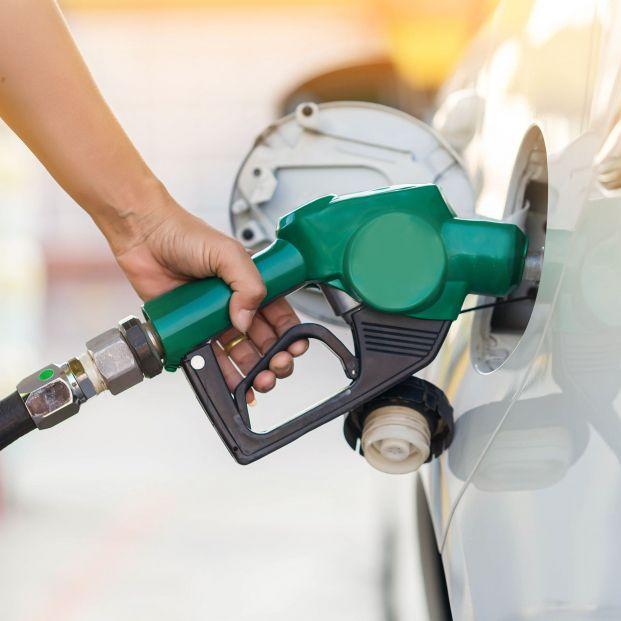Repostar el coche usando el móvil te puede costar una multa de 100 euros