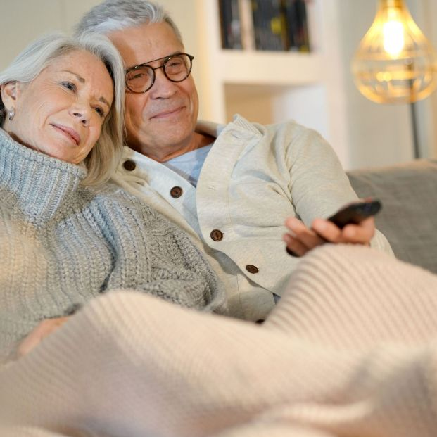 Personas mayores ordenando canales de TV (bigstock)
