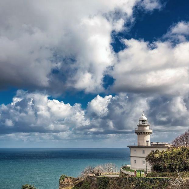 La historia de los faros que alumbran el mar Cantábrico en la costa de Euskadi
