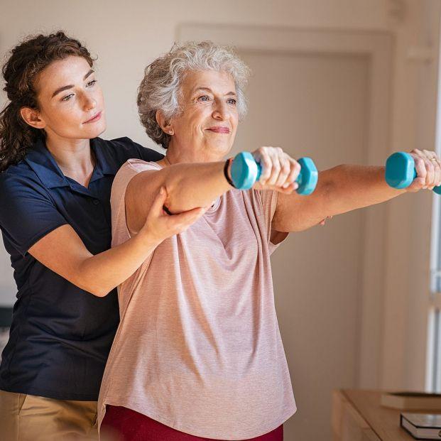 ¿Hacer pesas a mi edad? La importancia del entrenamiento de fuerza en los mayores. Bigstock