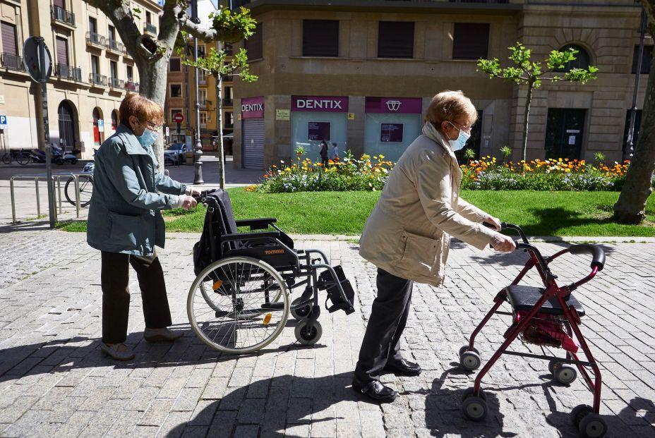 EuropaPress 2999133 dos mujeres mayores mascarillas pasean calles pamplona segundo dia