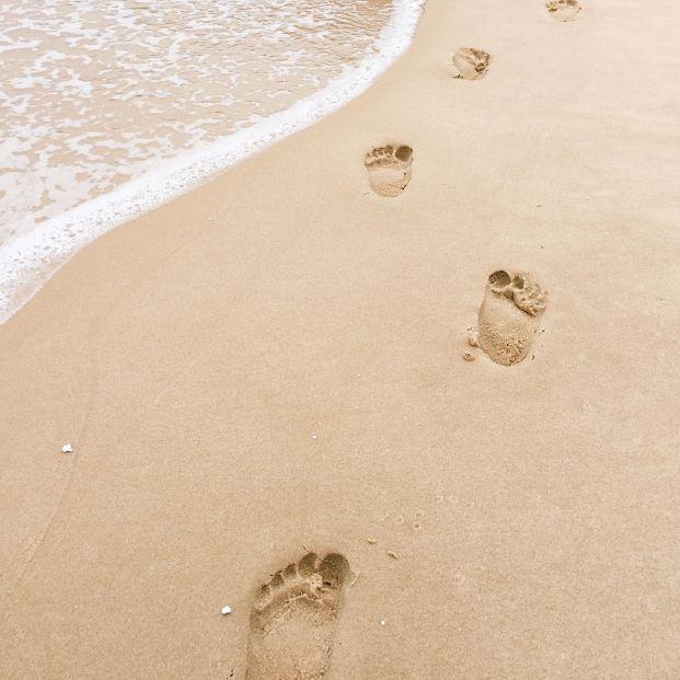 Huellas en la playa (bigstock)