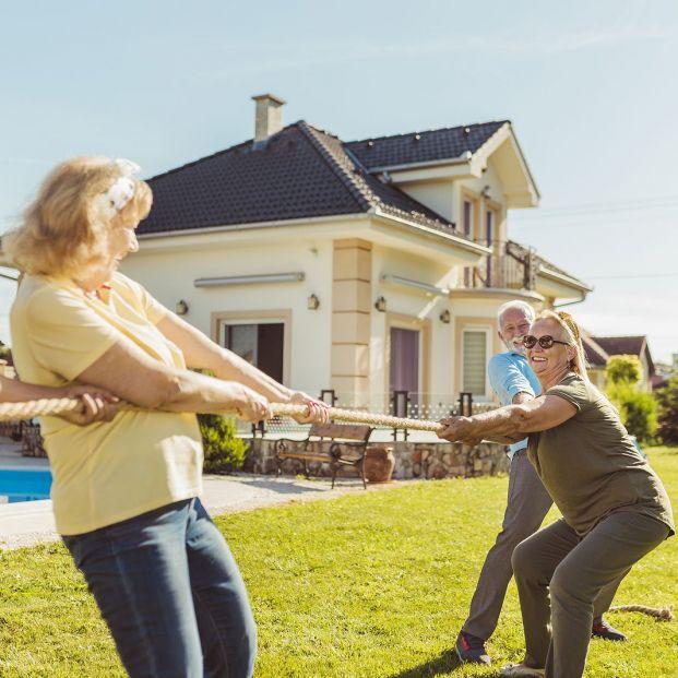 Los juegos también son para los mayores. Personas jugando a la cuerda Foto: bigstock
