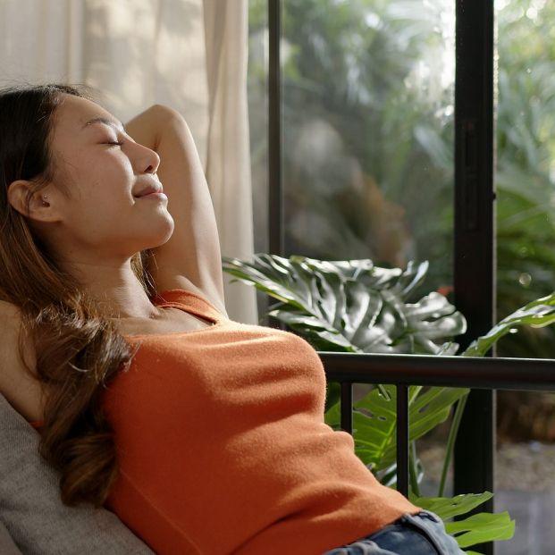 Formas naturales y económicas de refrescar nuestra casa. Mujer respirando aire fresco Foto: bigstock