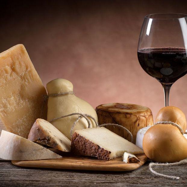 4 maridajes de queso y vino que te quitarán los sentidos