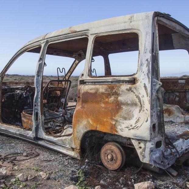 Un pirómano con varias botellas de gasolina quema cinco furgonetas en el barrio de la Fuensanta