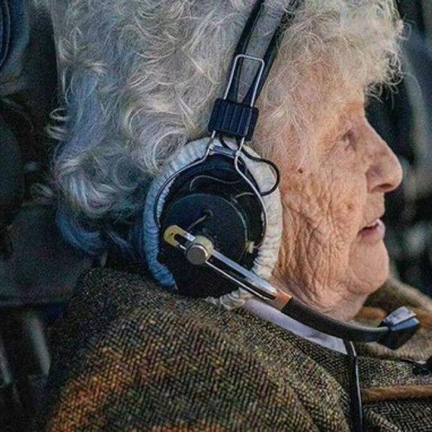 La 'abuela de hierro' se atreve con todo a los 99 años: tanques, cazas y paracaídas