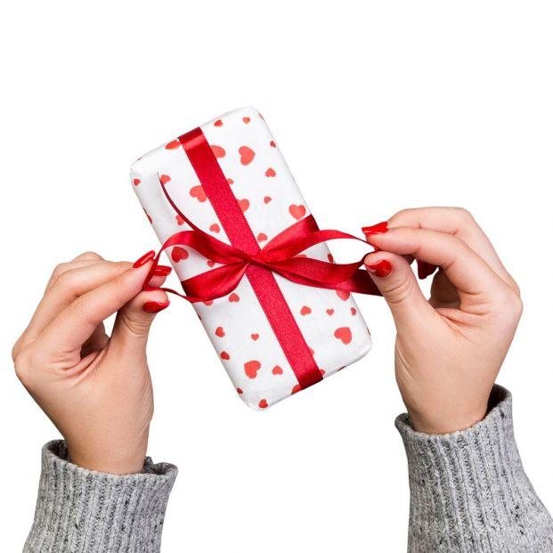 Qué hay que hacer para envolver bien un regalo (Bigstock)