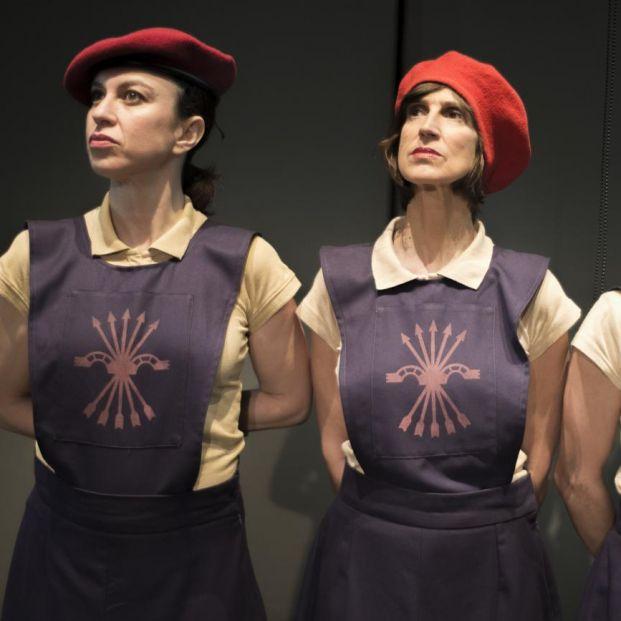 Las tres actrices haciendo de falangistas en La Sección (Teatro Español)
