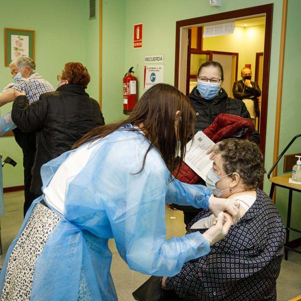Una mujer de 85 años pide auxilio con una nota a la enfermera que le puso la vacuna del coronavirus