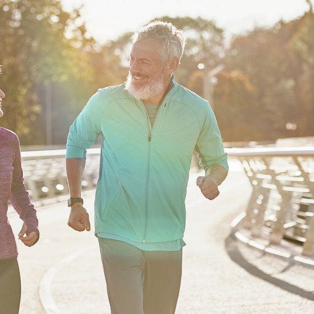 Dos personas mayores practican ejercicio aeróbico al aire libre. Foto: bigstock