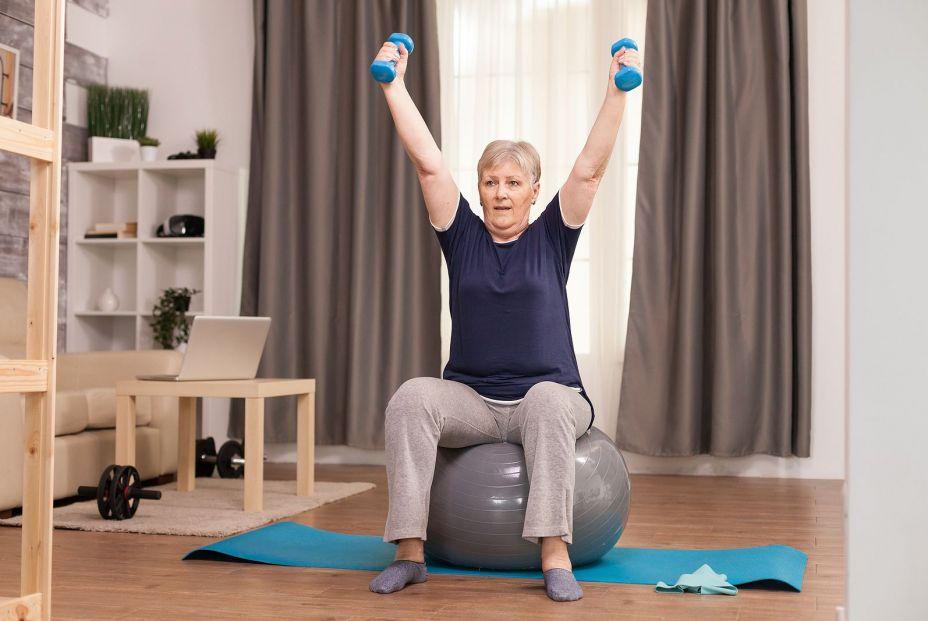 Mujer realizando actividad física de forma moderada para prevenir el deterioro cerebral. Foto: bigstock