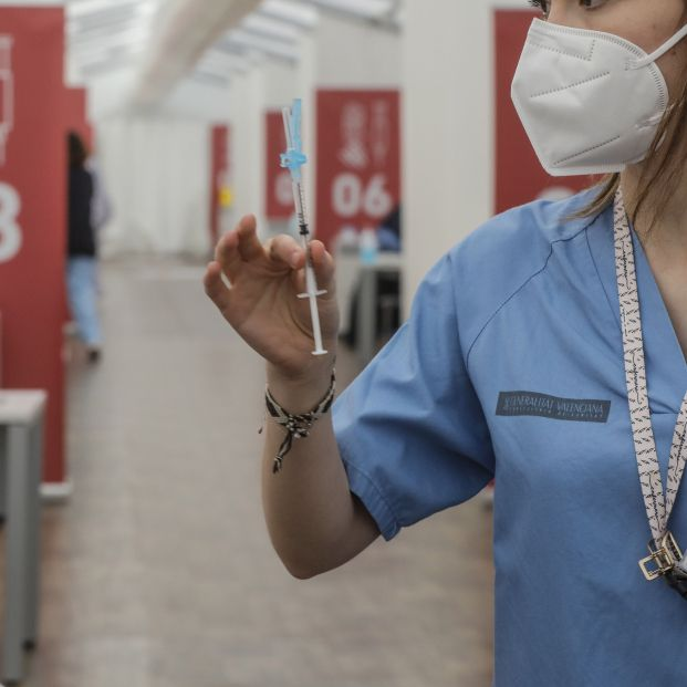 EuropaPress 3619050 profesional sanitaria sostiene jeringuilla vacuna astrazeneca hospital fe