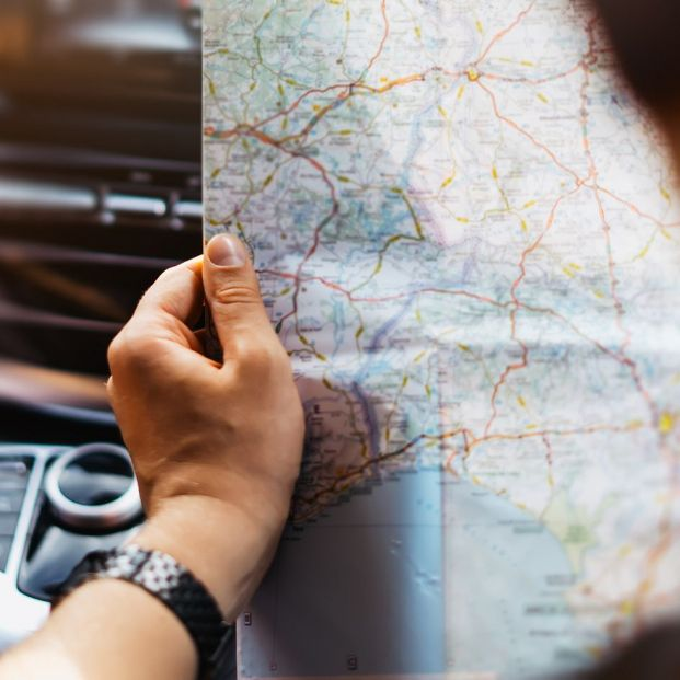 Turista ecológico perfecto con un mapa (bigstock)
