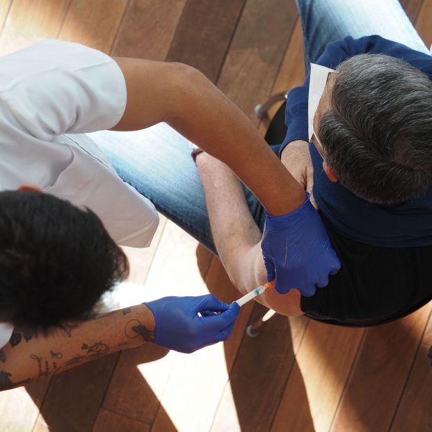 En observación ocho personas vacunadas por error con dosis sin diluir en Sevilla