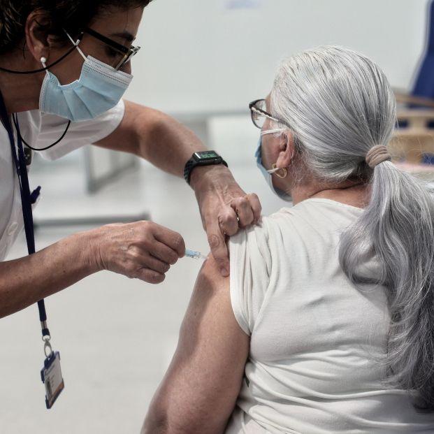 La ampliación de AstraZeneca hasta los 69 años, una gran noticia para los mayores según los expertos