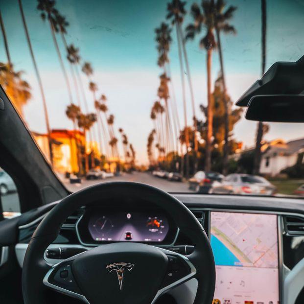 Tesla y su nuevo cambio de marchas desde una pantalla táctil (Foto de Roberto Nickson en Pexels)