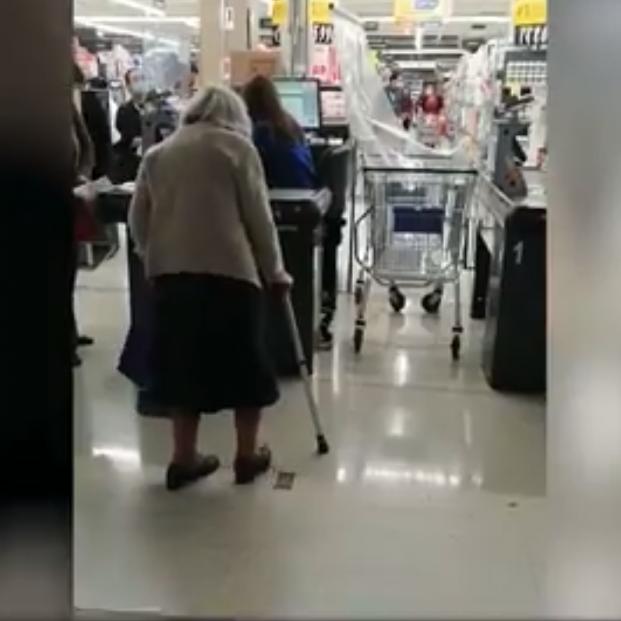 Expulsan a una mujer de 100 años del supermercado por no tener salvoconducto para salir de casa