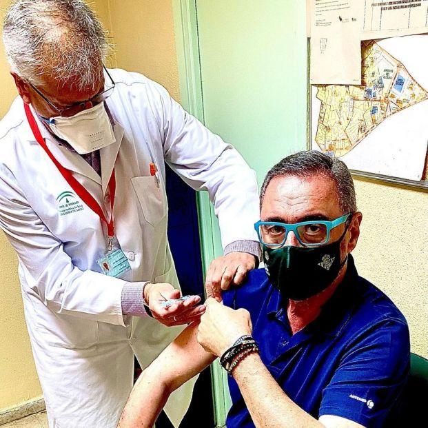 Carlos Herrera se vacuna con AstraZeneca