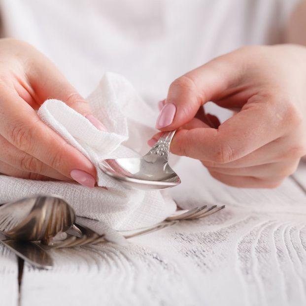 Trucos para limpiar objetos de plata y oro (Bigstock)
